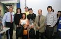El equipo ganador junto a los miembros del jurado del concurso.