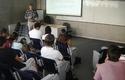 El sismólogo junto a alumnos de Obras Civiles.
