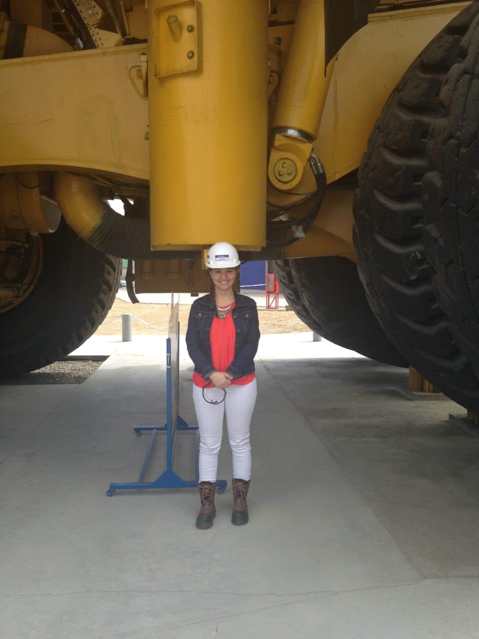 """""""El ingeniero no trabaja de memoria, siempre debe ir más allá buscando la innovación"""" Valentina Pérez, subgerente de Komatsu Chile"""